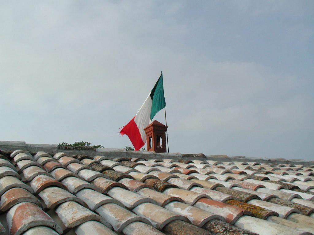 restauration_ferienhaus_bauabschnitt1_dach_flagge_italien