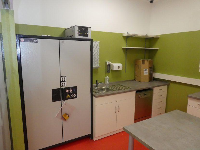 Laborzeile mit Spüle und Unterschrank