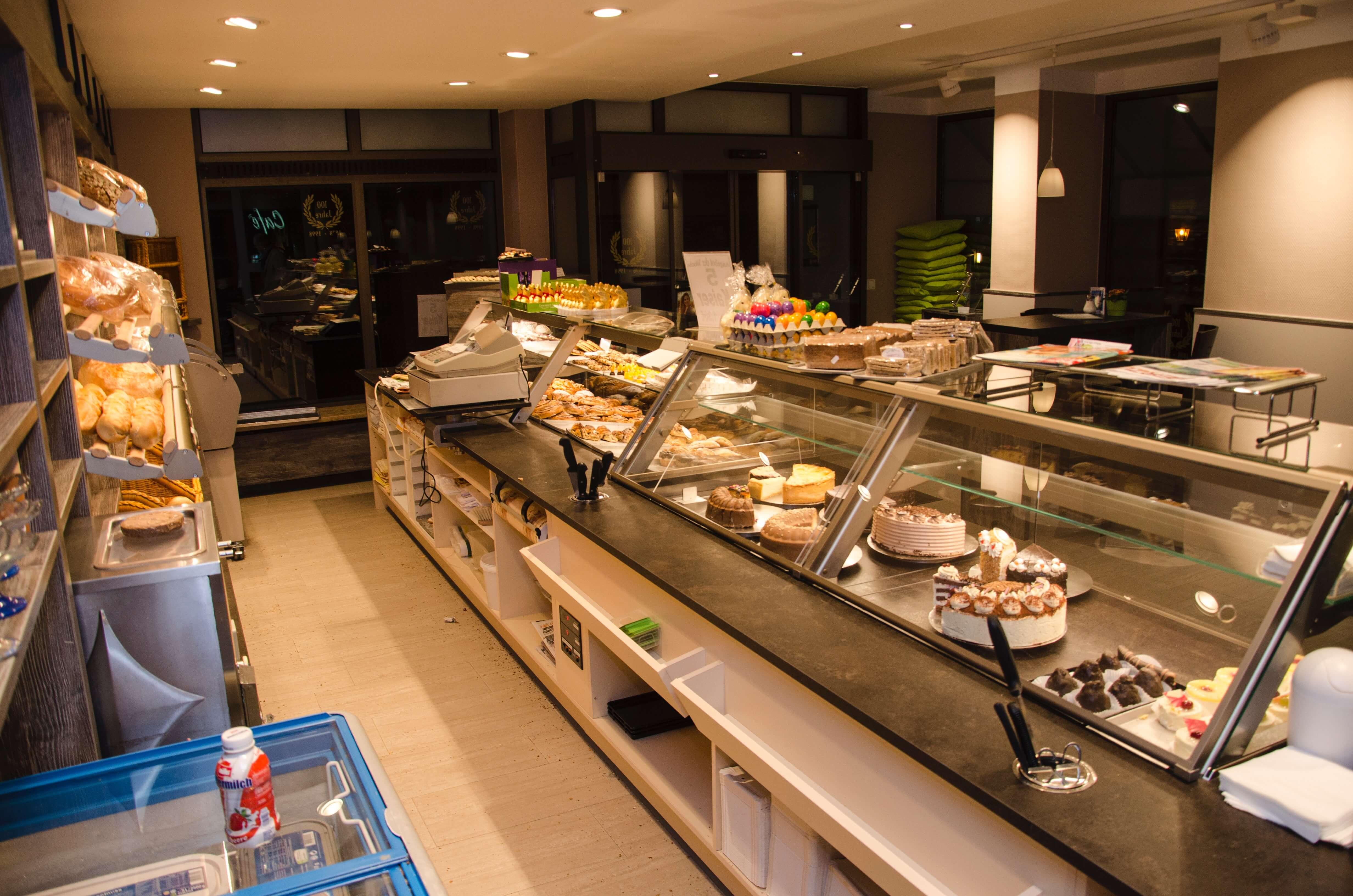 Ladeneinrichtung-Bäckerei-Verkauf-Rückseite-Stauraum